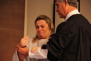 Emocionada, a advogada Mirian Késia é batizada pelo pastor José Carlos de Lima, diretor-geral da CPB. Foto: