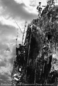 """Desmond Doss na parede rochosa imponente que os soldados chamavam de Hacksaw Ridge (colina """"Serra do Arco"""")."""