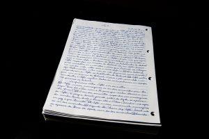 Voluntário costuma transcrever um capítulo das Escrituras por dia. Foto: William de Moraes