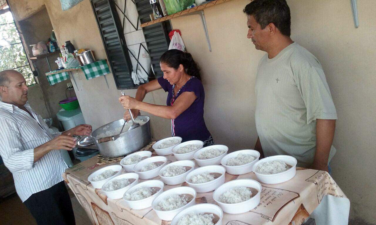 Mesmo desempregada, família mantém projeto de distribuição de marmitas para moradores de rua